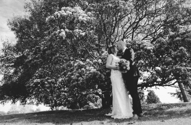 couple de mariés au jardin des plantes à nantes